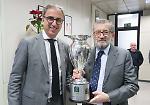 FOTO Il presidente Aldo Vanoli con la Coppa Italia nella redazione de La Provincia