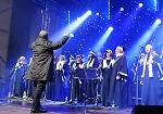 FOTO Maxi albero, luci, coro gospel e danza