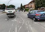 FOTO Auto ribaltata in mezzo alla strada, le immagini dell'incidente in via Caprera a Cremona