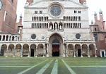 FOTO A Cremona l'erba invade piazza del Comune