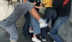 Ragazzina contesa, violento scontro tra due gruppi di ragazzi
