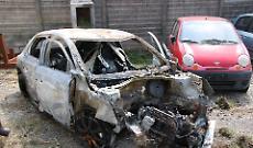 Auto a fuoco, quattro ragazzi feriti