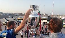 Gli Azzurri a Roma, Chiellini scende dal bus con la Coppa davanti ai tifosi