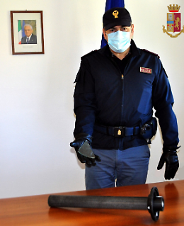 Cerca di aggredire la ex e minaccia con un vetro gli agenti: arrestato