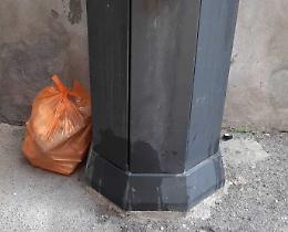 Abbandona i rifiuti, colto in flagrante e multato