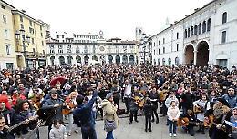 Mille chitarre in piazza domenica a Brescia