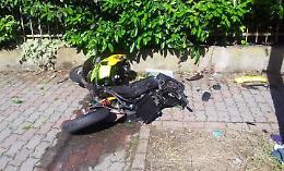 Si schianta in scooter 21enne gravissimo