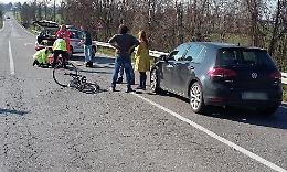 Ciclista travolto da un'auto, paura per un 76enne