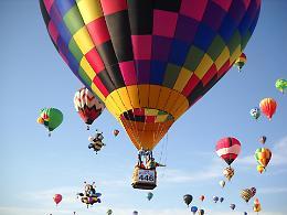 Lo spettacolo delle mongolfiere per il Festival del Volo al parco della Reggia di Monza