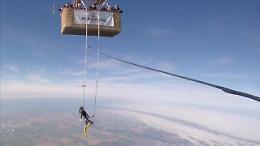 Nuova Zelanda, danza col trapezio sospesa a 3mila metri: è record mondiale