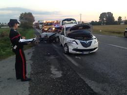 Carambola tra auto, tre feriti: vettura a fuoco e Paullese in tilt
