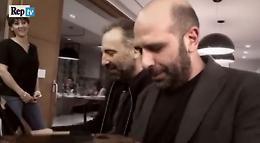 Bari, Checco Zalone e  Stefano Bollani: duetto e risate al pianoforte