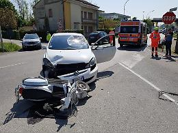Schianto auto-scooter: feriti due centauri