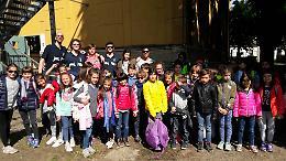 Sportivi e bambini insieme sulle linee del piedibus