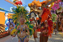Al via la prima edizione di Alegria Latina con un colorato flash mob e la spumeggiante Juliana Moreira dell'evento