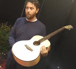 Liuteria, chitarra in seta: la  nuova 'sfida' di Alessandrini