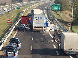 Scontro tra mezzi pesanti in A21, traffico in tilt anche sulla Sp10