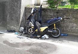 Si schianta in scooter contro un muro, grave 58enne