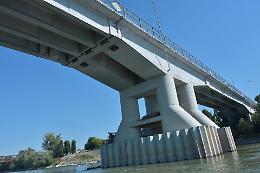 Vuole gettarsi nel Po dal ponte, salvato dai carabinieri