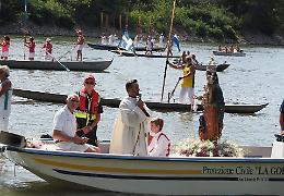 Folla per la Madonna sul fiume