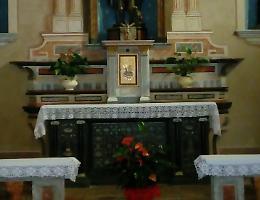 Intrusione sacrilega, due coltelli conficcati sull'altare