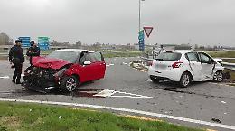 Scontro tra  auto all'incrocio, due persone in ospedale