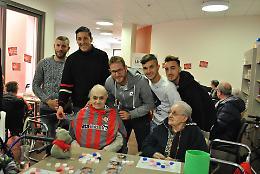 I calciatori della Cremonese e gli ospiti della casa di riposo Arvedi fanno tombola insieme