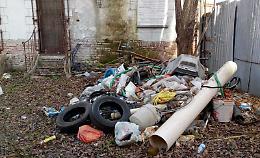 Sotto arbusti e licheni spuntano 20 anni di rifiuti