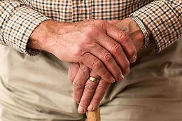 Circolare, test rapidi a familiari per visite anziani in Rsa