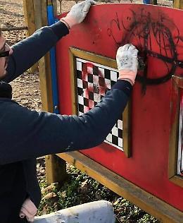 Svastiche nei parchi, petizione contro i 'simboli della vergogna'