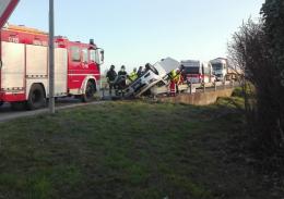 Scontro tra auto e camion, ferite serie per una 54enne