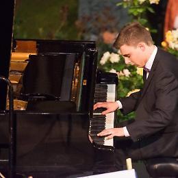 Al pianoforte  il talento Riccardo Ronda
