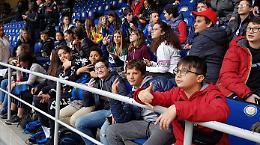 Sorrisi e selfie, l'Inter omaggia i piccoli eroi del bus