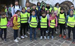Sportivi e giovani musicisti con i bambini sulle linee del piedibus