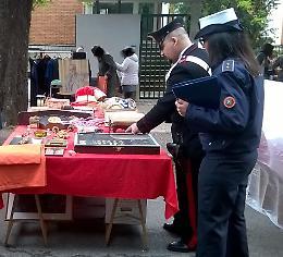 Controlli dei carabinieri al mercatino dell'antiquariato