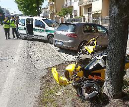 Auto contro scooter: ferito un 27enne