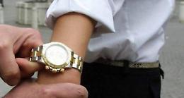 Fermata con una scusa, anziana scippata del Rolex d'oro