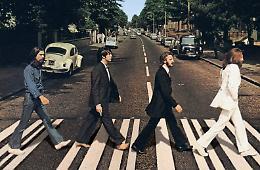 Beatles, i 50 anni di Abbey Road: uno scatto realizzato quasi per caso, la foto diventa leggenda
