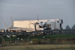 FOTO L'incidente tra due camion in A21 in cui è morto un 57enne