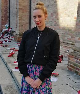 Schiaffeggiata in piazza Duomo da uno sconosciuto