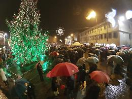 Maxi albero, luci, coro gospel e danza: la pioggia non ferma la cerimonia