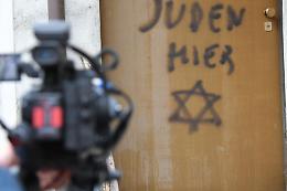 'Qui c'è ebreo', scritta antisemita su porta deportata