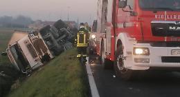 Camion si ribalta nel fosso, paura e ferite per l'autista