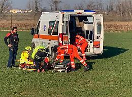 Cade rovinosamente dal tetto, ferito operaio 50enne