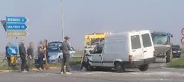 """Scontro tra trattore e furgone al """"solito"""" incrocio: un ferito"""