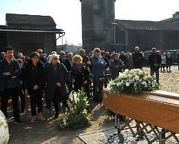 Il funerale sull'aia della cascina, l'ultimo saluto a Ettore Moretti