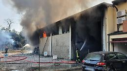 Esplosione e violento incendio, a fuoco un capannone
