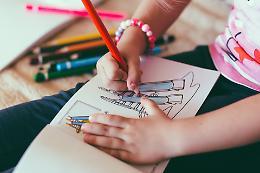 Con i disegni i bambini vicini ai nonni nelle Rsa