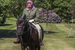 Coronavirus: Gb, prima foto regina, a cavallo a Windsor