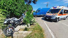 Sorpasso e schianto: con la moto contro la recinzione di una casa, 53enne ferito